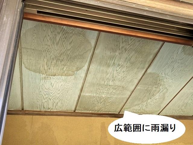 天井には、広範囲に雨漏りの痕跡が残る