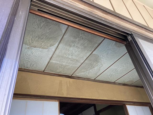 縁側の廊下天井に残る雨漏り跡