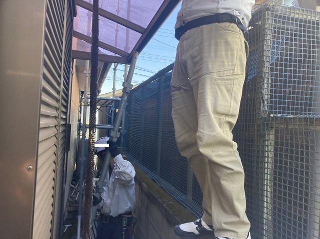 隣地との境界線で作業するスタッフ