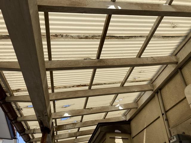 波板交換前の、穴が無数にあいたテラス屋根