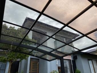 ひたちなか市のアール型カーポート屋根のポリカーボネート板交換の交換工事完了しました家をバックにの画像
