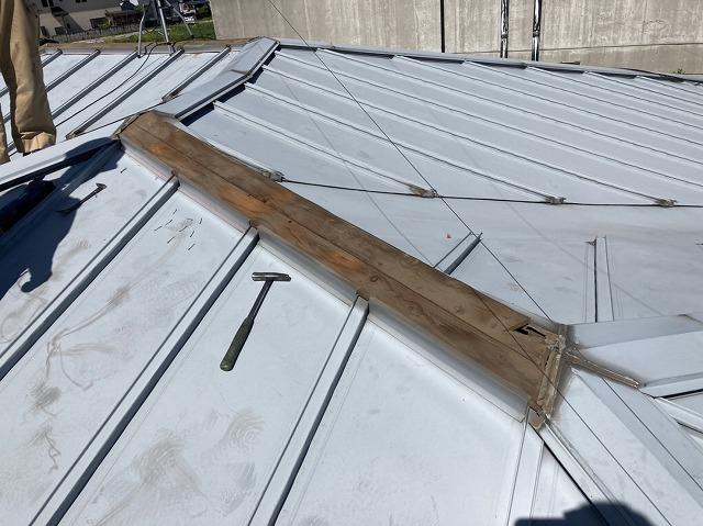 棟板金を捲り、下地である貫板を露出させる