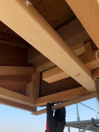 軒天の下地を新しい材木で補強