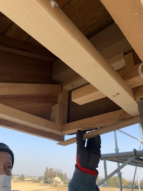 軒裏の下地を新しい木材で修復
