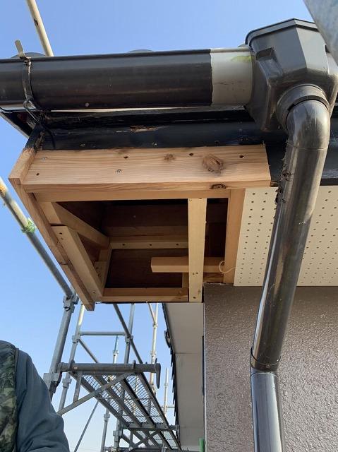 腐食した破風板を新しい材木で修理