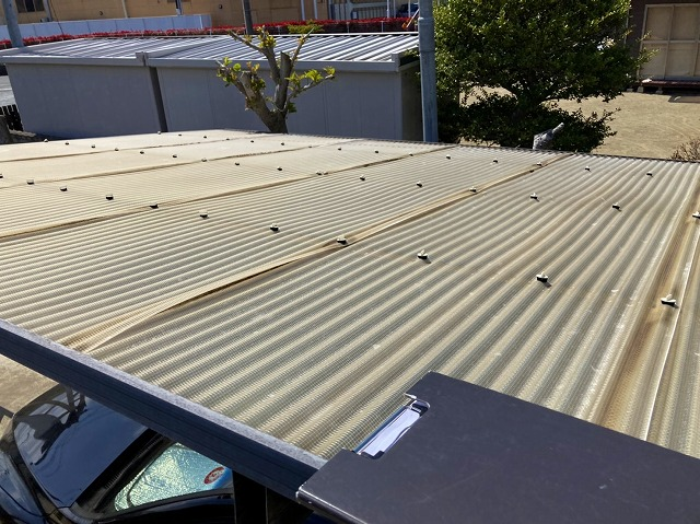 カーポート屋根はジョイント部が浮いています