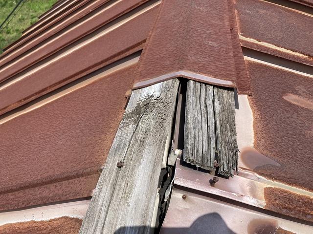 棟板金の下地貫板も破損している
