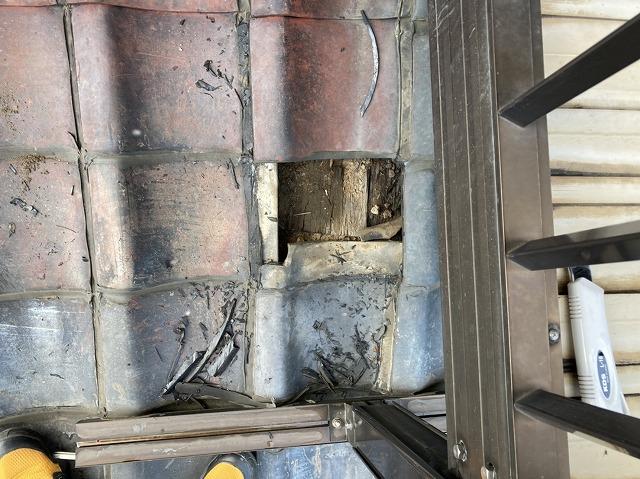 ひたちなか市で雨漏りしていた屋根瓦を一枚捲り上げる