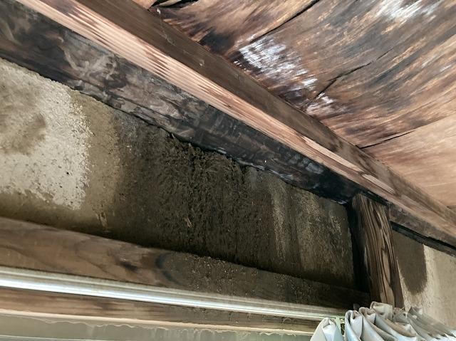 屋根からの雨漏り被害が広がっている1階の廊下天井