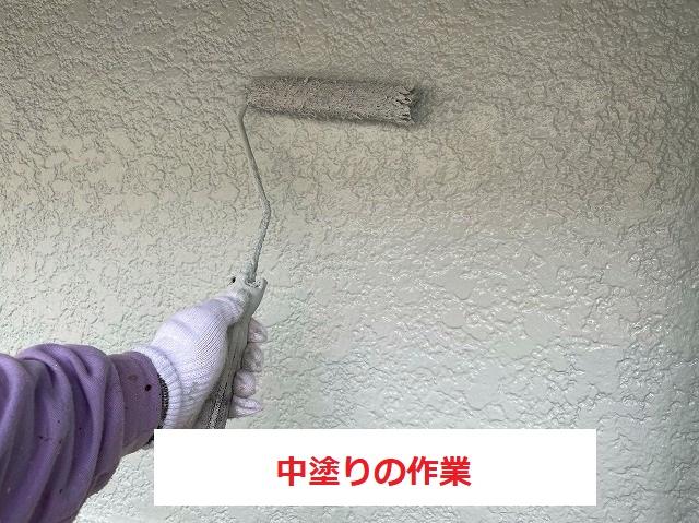 モルタル壁への中塗りを行っています