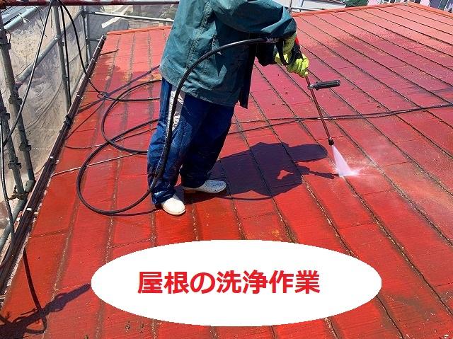 屋根の洗浄を行う塗装職人