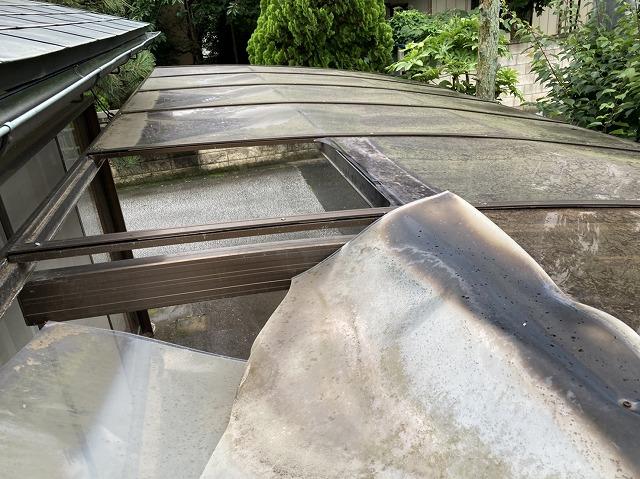 アルミ枠の格子状の一角が破損したカーポート屋根