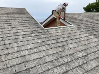 雨漏り調査の為に屋根に登ったスタッフ