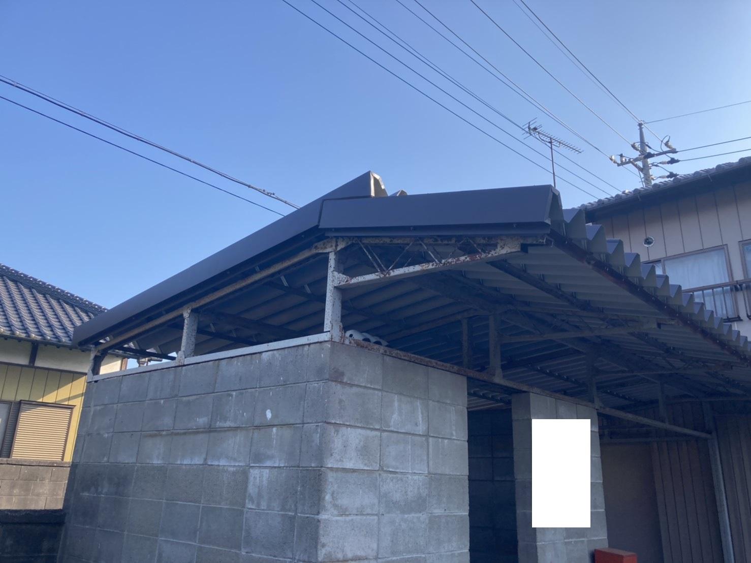 折半屋根で葺かれたボンベ庫屋根