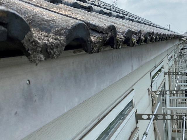 交換の為既存の軒樋を撤去し終わった破風板