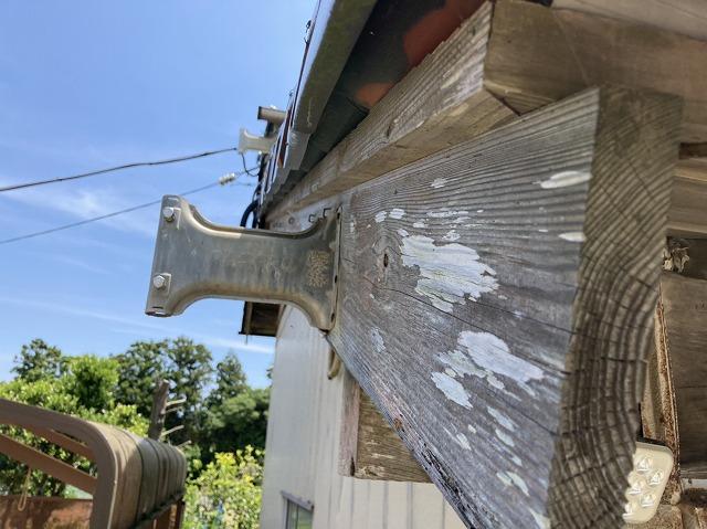 煤けてしまっている納戸の木製破風板