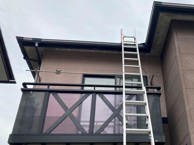 二連梯子を軒先に掛けて準備