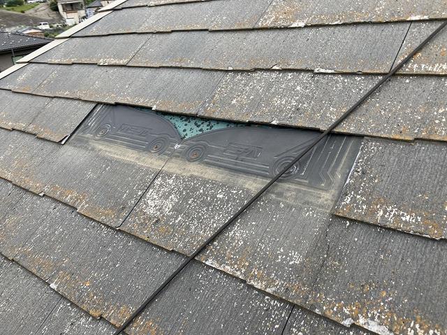 部分的に屋根から脱落したスレート屋根材