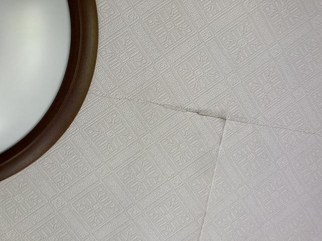 石膏ボード天井材のひび割れ