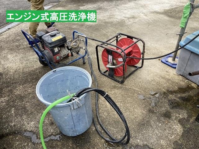 エンジン式高圧洗浄機と水を溜めるポリバケツ