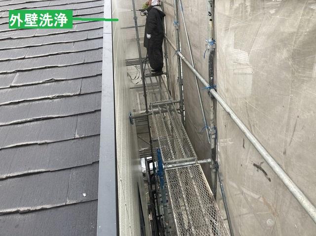 外壁を洗浄する塗装職人