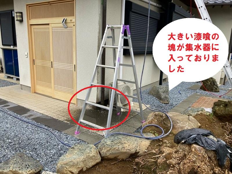 水戸市の屋根で雨樋清掃を専用工具と水道を使用して行なって、詰まっていた物は漆喰でした