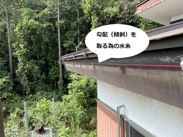 下屋根に取り付ける雨樋の勾配をとる為に赤い水糸を張る