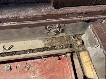 瓦棒屋根とサッシの下の緩衝部の取り合い部分
