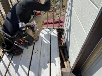 アルミベランダの床を解体する職人