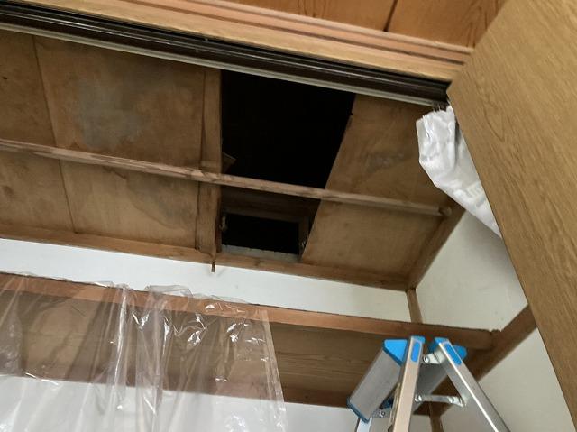 押入れの天井材を開ける