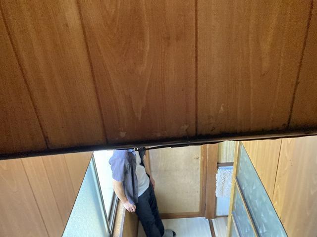階段の天井部の雨漏り状態を確認