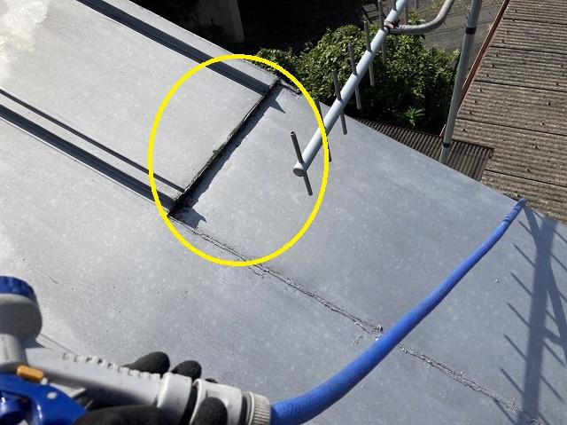 増築された金属屋根の緩衝部