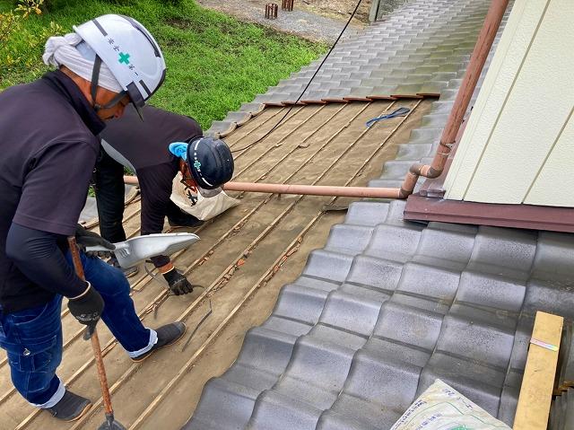 屋根リフォームで屋根掃除をする職人