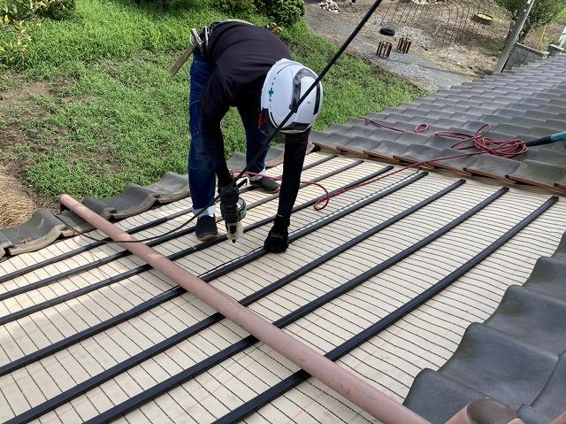 屋根の雨漏り修理を行う職人
