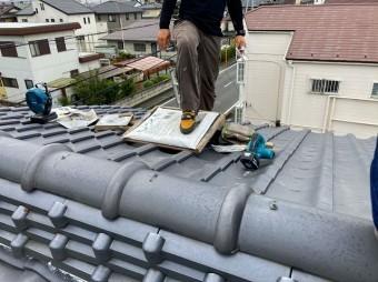 水戸市の和瓦屋根の上で漆喰を踏んでいます