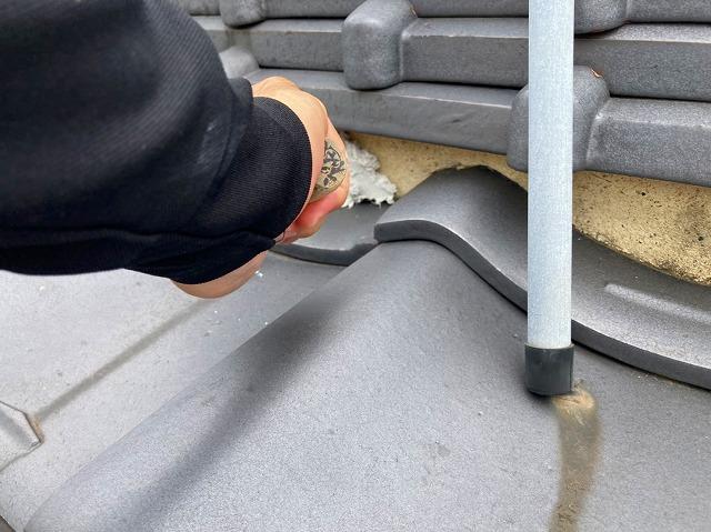水戸市の和瓦屋根の三日月漆喰の詰め増しを行なっています