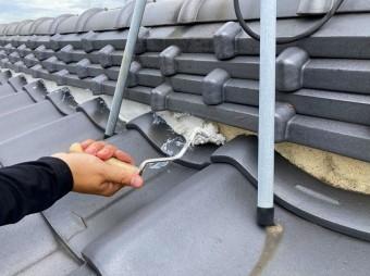 水戸市でテレビアンテナの下を漆喰詰め増しを行なっています
