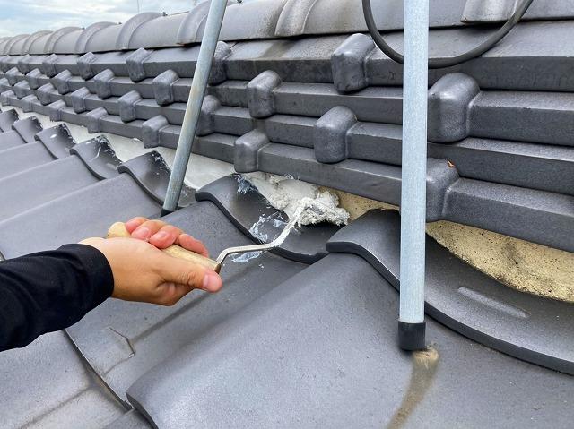 水戸市の和瓦屋根の三日月漆喰の詰め増しを行い台風対策