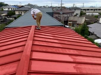 日立市の雨漏りしている瓦棒屋根上から雨漏り調査を行なっています