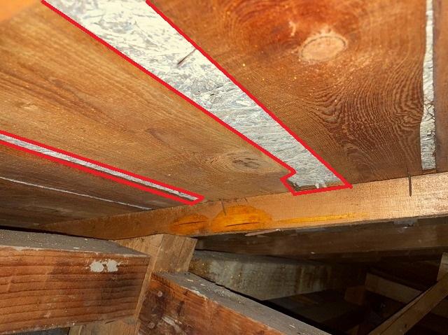 日立市の雨漏りしている瓦棒屋根の天井裏はザラ板の隙間が多く木毛セメント板が見えています