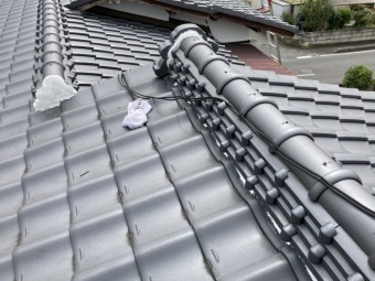 水戸市の和瓦屋根の漆喰工事が行なわれ濡れたタオルで清掃作業