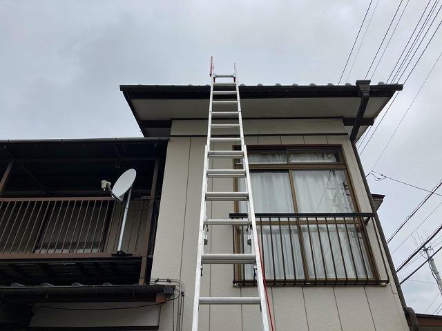 水戸市の和瓦屋根に梯子を掛けています