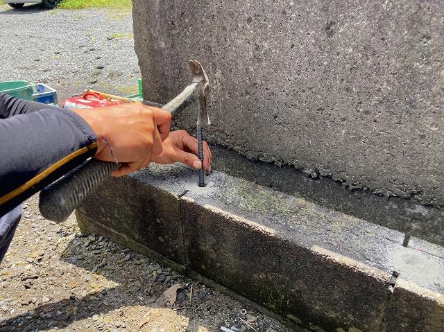 水戸市のフェンス工事で鉄筋アンカー打ち付けています