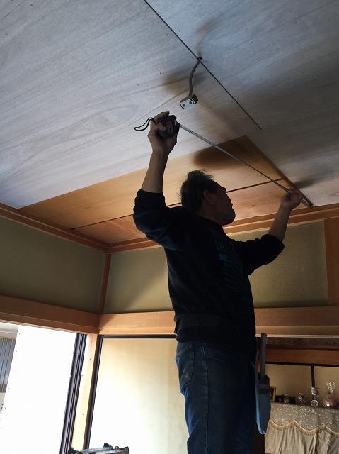 目透かし天井にべニアを上張りする為計測する職人