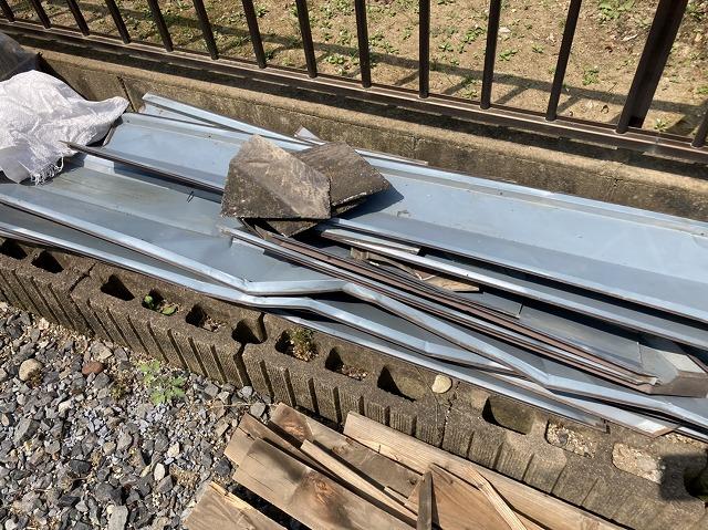 結城市で解体した裏返った棟板金と水濡れした貫板