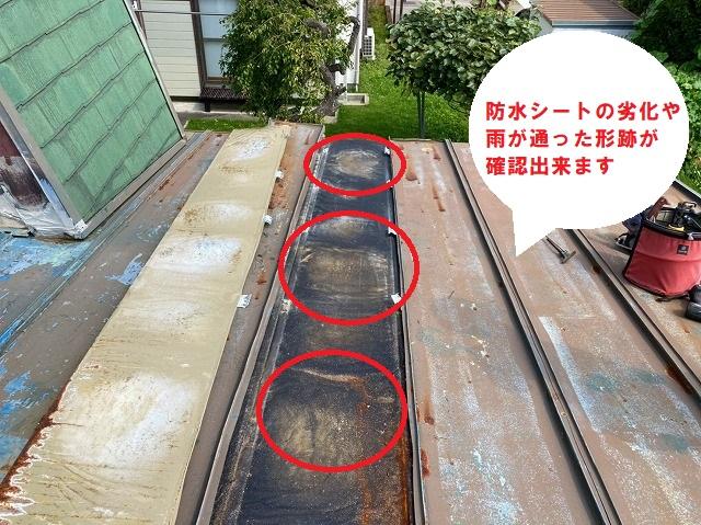 瓦棒屋根を捲ると防水シートが劣化していた