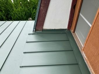 日立市で日立市で使用した嵌合立平葺き金属屋根で屋根形状を変えた屋根画像
