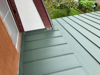 日立市で日立市で使用した嵌合立平葺き金属屋根で屋根形状を変え水勾配をつけ施工しました