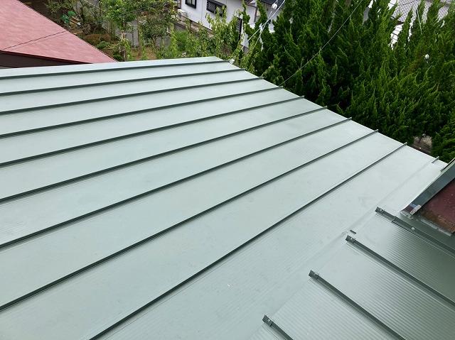 日立市で日立市で使用した嵌合立平葺き金属屋根で施工した切り妻屋根と屋根形状を変えた屋根画像