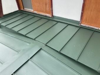 日立市で日立市で使用した嵌合立平葺き金属屋根で施工完了した画像